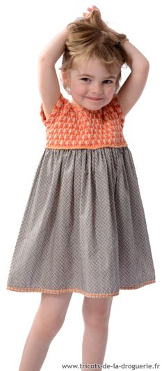 Cet été on habille les filles avec une petite robe toute douce, elle combine le tricot et un peu de couture !