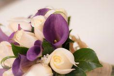 """Primer plano del bouquet de rosas blancas y calas moradas del post """"El ramo ideal para tres vestidos de novia diferentes"""" #ramodenovia #bodas"""