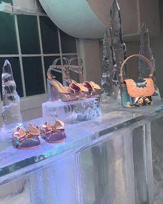 """Intitulada """"I Scream for Ice Queen"""" a coleção #aw17 de @sophiawebster foi inspirada na icônica heroína de Frozen Elsa. Com uma paleta de cores glacial em tons de azuis prata e cintilantes a estilista reeditou clássicos da marca como a sandália com asas de borboletas. Destaque também para nova gama de clutchs todas com dizeres como """"cooler than cool"""" """"melt me"""". Materiais como faux fur clear vinil e glitter ganharam força no inverno da marca. Confira nos pics! ( @marinapetti)  via GLAMOUR…"""
