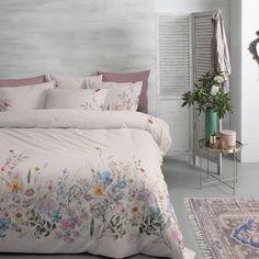 Breng de bloeiende natuur in de slaapkamer met het Cinderella dekbedovertrek Sphere. Een eclectische mix van wilde bloemen en levendige kleuren staan afgebeeld op een 'blush' ondergrond. Een zachte nude kleur die perfect aansluit op dat romantische gevoel, waarbij de onderliggende beige tint voorkomt dat het te vrouwelijk wordt. #cinderella #dekbedovertrek #sphere #blush