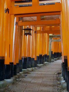 El santuario sintoísta de Inari, en Fushimi-ku al sur de Kyoto, es uno de los lugares más espectaculares en Japón. Sus más de mil Toriis naranjas delimitan varios caminos que te llevan desde el pie de la montaña hasta el santuario principal en la cima, pasando por varios espacios de oración pequeños