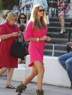 Google Afbeeldingen resultaat voor http://photos.posh24.com/p/853112/z/street_style/elle_macpherson_pink_dress_wat.jpg