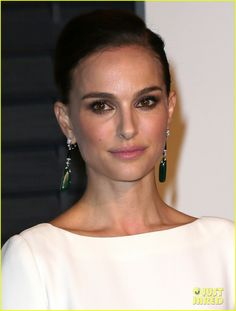 natalie portman vanity fair oscars party 03 Natalie Portman strikes a pose as she arrives at the 2015 Vanity Fair Oscar Party at Wallis Annenberg Center for the Performing Arts on Sunday evening (February…