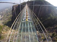 Relaxant, le yoga sur un pont suspendu en verre?