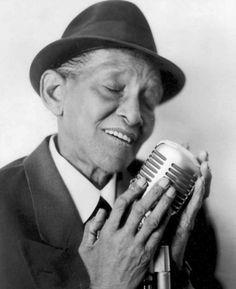 Jimmy Scott est un chanteur américain de jazz. Il avait une voix d'enfant car il était atteint du syndrome de Kallmann (une maladie de l'hypothalamus,associant un retard pubertaire et une anosmie).