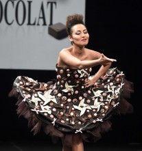 Ummm… dan ganas de comerse TODO! Vestidos de chocolate, la nueva moda!!! http://www.mundotkm.com/us/moda/44632/ummm-dan-ganas-de-comerse-todo