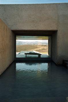 Paysage marocain | Dès l'entrée, on tombe sur la ligne d'eau qui sépare les deux blocs, zone intime et zone de réception, et entraîne le regard sur le paysage. Au centre, un ancien lit de repos mauritanien.