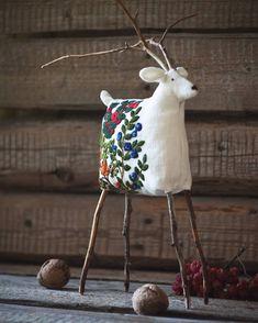 Ягодный...  Лён, вышивка шерстью, ветви яблони.  #олень #игрушка #вышивка #текстильнаяигрушка #авторскаяигрушка  #моиработы #textil #linen #лен  #mywork #embroidery
