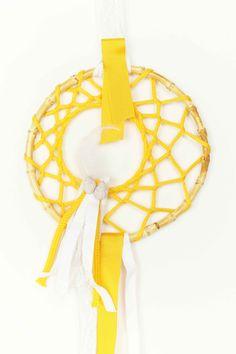 Atrapasueños hecho a mano en tonos amarillozs
