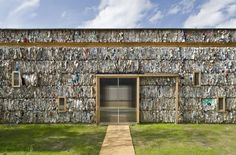 Construido por el despacho Dratz&Dratz Architekten, este edificio temporal abarca 190 metros y está compuesto por 550 bloques de papel reciclado comprimido, el cual los arquitectos rescataron de los supermercados de la zona. #Curiosidades #Arquitectura