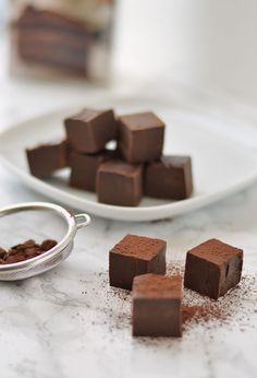 Chocolade Fudge. Dit makkelijke recept met maar 2 (!) ingrediënten kan simpelweg niet mislukken. Maken deze waanzinnig lekkere chocolade fudge!
