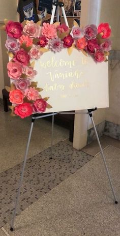 This would be a pretty sign using poinsettia's on it. Deko This would be a pretty sign with poinsettia on it. Shower Party, Baby Shower Parties, Baby Shower Themes, Baby Shower Decorations, Wedding Decorations, Shower Ideas, Baby Shower Backdrop, Paper Flower Backdrop, Paper Flowers