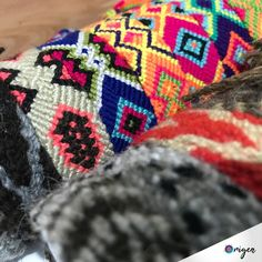 "Origen Made In Colombia on Instagram: ""Bracelets and more bracelets 👉🏻#Wayuu #Arhuacos 🎯Find them at origenmadeincolombia.com · #origenmadeincolombia #origen_mic #Handmade…"" Friendship Bracelets, Boho Chic, Blanket, Crochet, How To Make, Handmade, Instagram, Fashion, Colombia"