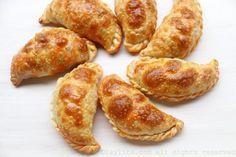 Una receta fácil para preparar empanadas de atún al horno con un relleno de atún de lata, pimientos dulces, cebolla, aceituna, alcaparras, pimentón y orégano.