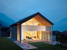 Modern barn-style house located in Sondrio, Italy, designed in 2017 by Rocco Borromini. Modern Residential Architecture, Vernacular Architecture, Architecture Design, Style At Home, Bauhaus, Suite Principal, Property Design, Modern Barn, Facade Lighting