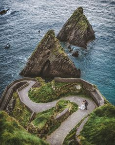 Have an elopement with the blue waters and green hills of Ireland around you. | Photo by Carey Nash #destinationx