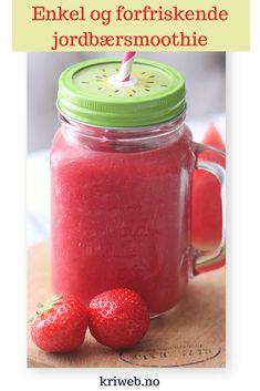 En nydelig og forfriskende jordbær- og vannmelonsmoothie fra Kristine Weber passer perfekt i sommervarmen | Smoothie oppskrift | Sunne snacks | Sukkerfri dessert | Smoothie | Hverdagsinspirasjon | Sommeroppskrifter Smoothie Drinks, Smoothies, Mason Jars, Juice, Food And Drink, Mugs, Tableware, Desserts, Snacks