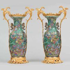 Importante pareja de jarrones chinos en porcelana con montura en bronce dorado. Siglo XIX Por uno d