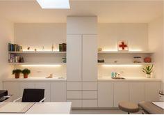 Fantástico este sencillo consultorio médico obra del arquitecto bart coenen , que realiza principalmente arquitectura contemporánea y dise...