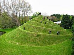 Die 120 Hektar große Gartenanlage liegt in der Nähe von Dumfries, in Südwest-Schottland. Die vielen Landschaftsformen, Pflanzen und Skulpturen stellen eine Anlehnung an den Mikrokosmos des Universums dar.