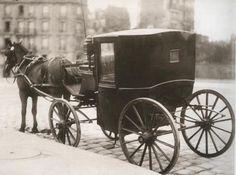 """Het rijtuig van lady Catherine stond gereed om hen allen naar huis te brengen."" (Pagina 165) Horse Wagon, Horse Drawn Wagon, Victorian Home Decor, Victorian Era, Old Pictures, Old Photos, Vintage Photographs, Vintage Photos, Westerns"