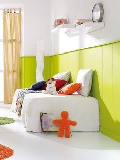 Dormitorio infantil con zócalo de lamas pintadas de verde