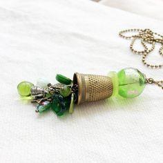 Collana lunga stile retrò, pendente ditale e perla vetro Murano verde, Festa della mamma, regalo amica sarta. Portafortuna. Paperartroma