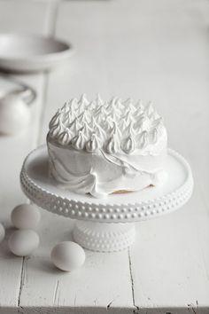 Kakkupohjan leipominen on monesti se yksinkertaisin vaihe juhlakakussa. Koristelu saattaa aiheuttaa päänvaivaa. Baking Cupcakes, Cupcake Cakes, New Cooking, Pavlova, Butter Dish, Cake Recipes, Cake Decorating, Goodies, Food And Drink