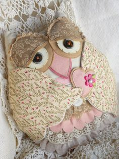 Vintage Owl pillow Paper Wishes: ~Stichin' up some lovin' with… Sewing Toys, Sewing Crafts, Sewing Projects, Owl Fabric, Fabric Crafts, Owl Patterns, Sewing Patterns, Owl Quilts, Crochet Owls
