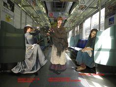 電車の中の絵画の女性たち.jpg
