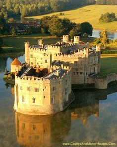 Leeds Castle, Kent, England Wonderful Castles In The World Chateau Medieval, Medieval Castle, Beautiful Castles, Beautiful Places, Leeds Castle, Palaces, English Castles, Château Fort, Voyage Europe