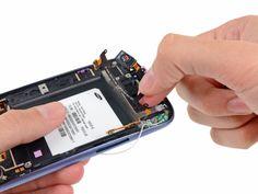 8. Agarre y quite el cable plano del audífono / botones / sensor de luz ambiental del teléfono.