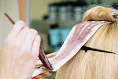 Cómo preparar una tintura para el cabello con manzanilla. Mientras que las tinturas para el cabello caseras a base de hierbas no suelen producir los colores brillantes y vibrantes que se encuentran en una caja de tintura química de la farmacia, son más sanas para el medio ambiente y también para tu ...