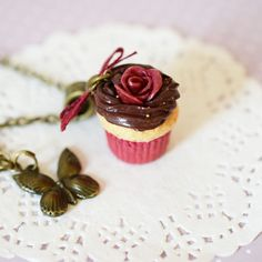 collier+bijoux+gourmand+cupcake+rose+bordeaux+:+Collier+par+grain-de-delice