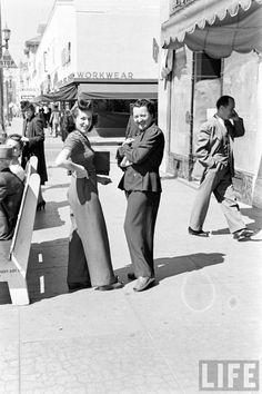 Women wearing slacks at Hollywood Boulevard and Wilcox Ave, Hollywood, circa 1940 Vintage Glamour, Vintage Beauty, Vintage Style, Black White Photos, Black And White, Fashion Through The Decades, Gatsby Hair, 1940s Fashion, Fashion Art