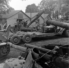 Views of the boarding in a trailer pulled by an Tank Transporter Dragon Wagon from a Mittlerer Ladungsträger Springer, Sd. Ww2 Pictures, Ww2 Photos, Army Vehicles, Armored Vehicles, Dragon Wagon, Panzer, War Machine, Scale Models, World War