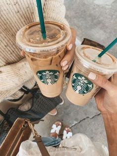 11 Healthier Starbucks Drinks To Try On Your Next Order // Volume 1 Starbucks drinks are often full of sugar. So here are 11 low-sugar and low-cal healthier Starbucks drinks for you to try out on your next order! Bebidas Do Starbucks, Copo Starbucks, Healthy Starbucks Drinks, Starbucks Coffee, Iced Coffee, Coffee Drinks, Healthy Drinks, Nutrition Drinks, Healthy Food