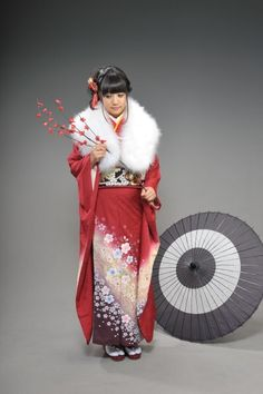 Kimono and Wagasa Japanese Clothing, Japanese Outfits, Japanese Kimono, Japanese Fashion, Geisha, Japanese Beauty Hacks, Kimono Fashion, Fashion Dresses, Male Kimono