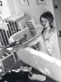 Kate Moss reads in an empty bathtub.and whyever not? Photo: Sante D'Orazio for Vogue Italia. December Black and White Boudoir Photography, White Photography, Portrait Photography, Fashion Photography, Kate Moss, Shooting Pose, Foto Glamour, Rauch Fotografie, Moss Fashion