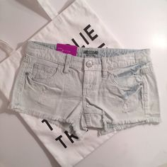💕💕Mossimo Stripe Denim Short Shorts💕FINAL SALE Love these shorts super cute and trendy! NWT! ...😃 100% Cotton Measurements: Waist: 15 Length: 9 Mossimo Supply Co. Shorts Jean Shorts