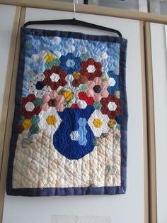 váza s květinami z babek (hexagonu)