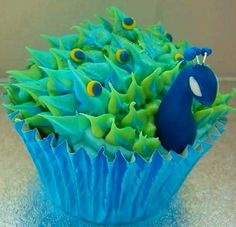 Peacock cupcake...somebody needs to make these for me...I will love you 5ever!