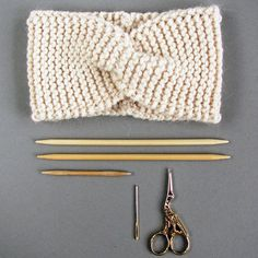 Einfaches Stirnband stricken mit {Strickanleitung von paula_m} (Maschenfein Berlin) Headbands have been totally IN for a while now. Last week, headband fever hit me with Susanne from the beautiful knitwear label Paula_m. She knits beautiful hats and St Baby Knitting Patterns, Knitting Blogs, Knitting Projects, Headband Pattern, Knitted Headband, Knitted Blankets, Knitted Hats, Crochet Baby, Knit Crochet
