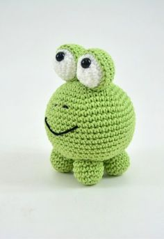 Sapo Bola • Círculo S/A Crochet Patterns Amigurumi, Crochet Dolls, Love Crochet, Knit Crochet, Crochet Kitchen, Art N Craft, Baby Knitting, Crochet Projects, Doll Toys