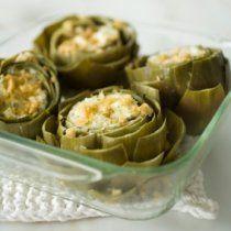 Una rica forma de comer alcachofas. Estas van rellenas de una mezcla de quesos, limón y pan molido. Muy buena!