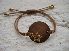 Pulsera marrón con estrella dorada