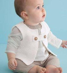 beyaz renkli şirin örgü erkek bebek yeleği modeli