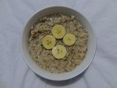 porridge banane/vanille et graine de chia  Ingrédients – 35 g de flocons d'avoine – 100 ml de lait de soja à la vanille – 1 grande banane mûre – 5 g de graines de chia – 50 ml d'eau  Préparation – Dans un bol, écrasée la banane à l'aide d'une fourchette. – Ajoutez-y les flocons d'avoine et les graines de chia – Versez le lait et l'eau par dessus et mélangez comme il faut. – Placez au réfrigérateur toute la nuit. – Dégustez le matin, froid ou chaud (2mn30 au micro-onde).