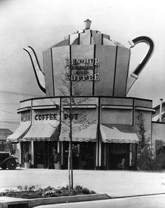 Wilshire Coffee Pot restaurant, located at 8601 Wilshire Boulevard in Beverly Hills, had a giant coffee pot on the top of its building (Photo courtesy of Los Angeles Public Library Photo Collection) Maneki Neko, National Coffee Day, Unusual Buildings, Interesting Buildings, Interesting History, Los Angeles Restaurants, Café Bar, Vintage Poster, Vintage Signs
