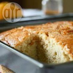 Bolo de laranja de liquidificador @ allrecipes.com.br - Esse bolo de laranja feito no liquidificador leva uma calda deliciosa de laranja e canela por cima. Uma delícia.